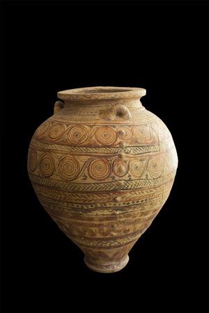 isla de Milos, Grecia - Septiembre 1 de 2015: pithos jarrón griego antiguo aislado en el fondo negro - periodo tardío de las Cícladas - isla de Milos, Grecia