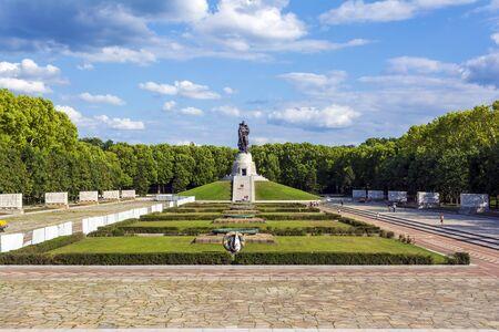 Vue panoramique sur le monument aux morts soviétique - Treptower Park à Berlin, Allemagne