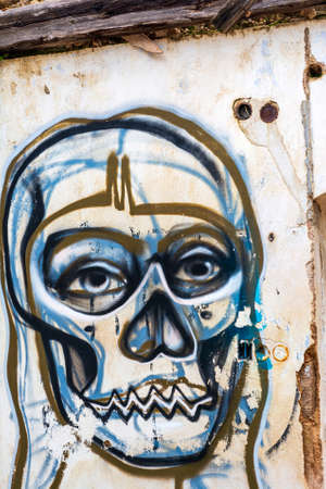 Villa Levidi, Pallini, Greece - February 14, 2021: Skull wall painting at an abandoned old villa at Pallini, Greece 免版税图像 - 164358517
