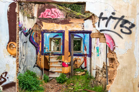 Abstract face wall painting at an abandoned old villa at Pallini, Greece 免版税图像 - 164358550
