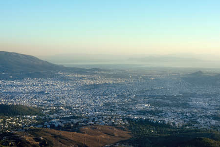 Panoramic view over Athens, taken shot from Penteli mountain. 免版税图像
