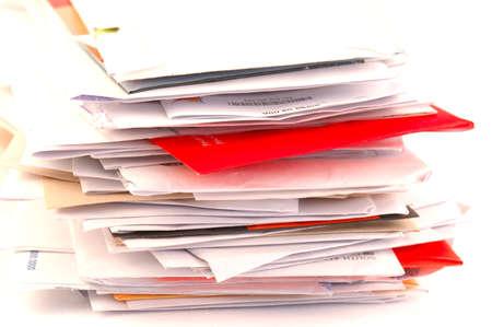 Een merendeel van de kleurrijke letters en ongewenste e-mail op een tafel geïsoleerd op witte achtergrond Stockfoto
