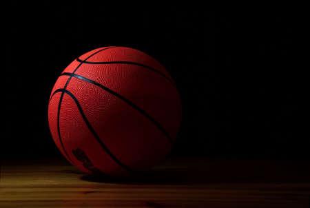 cancha de basquetbol: la bola al baloncesto