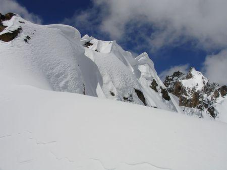 꼭대기가 눈으로 덮인: Snow-capped Caucasus Mountains.