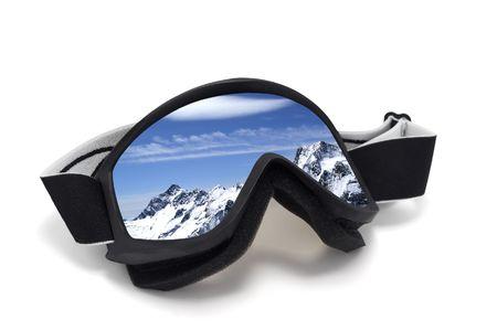 ski slopes: Sci occhiali con la riflessione delle montagne. Isolato su sfondo bianco  Archivio Fotografico