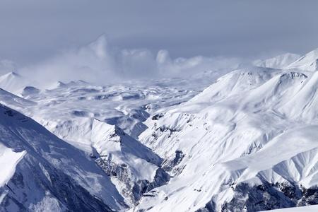 monta�as nevadas: Monta�as nevadas en neblina monta�as del C�ucaso, Georgia, Gudauri Foto de archivo