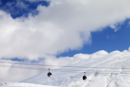 offpiste: Gondola lifts and off-piste slope at sun day on Caucasus Mountains, Georgia