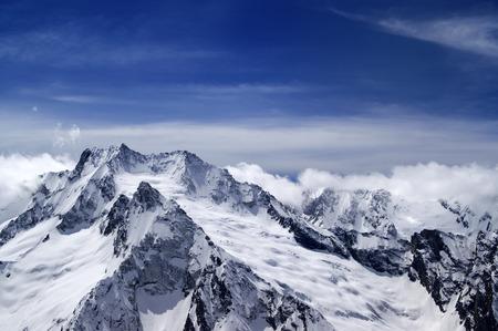 cocaina: Montagne nevose di nuvole. Montagne del Caucaso, vista dalla stazione sciistica Dombay.