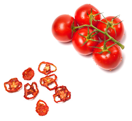 tomate: Tomates fra�ches m�rs et s�ch�s tranches. Isol� sur fond blanc.