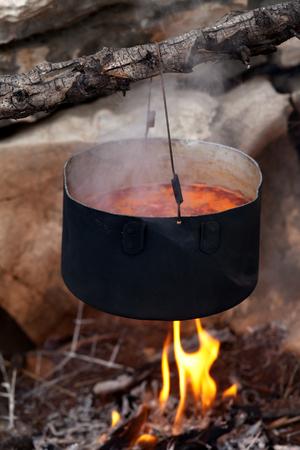 llamas de fuego: Olla con sopa de remolacha (sopa tradicional de Ucrania) cocinar en una fogata Foto de archivo