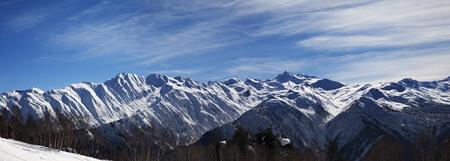 montañas nevadas: Vista panorámica sobre las montañas nevadas en la luz del sol por la mañana agradable. Montañas del Cáucaso. Svaneti región de Georgia.