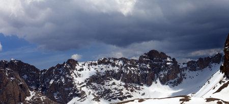 Snowy high mountains and sky with clouds. Turkey, Central Taurus Mountains, Aladaglar (Anti Taurus), plateau Edigel (Yedi Goller). Panoramic view. Remote location. Zdjęcie Seryjne