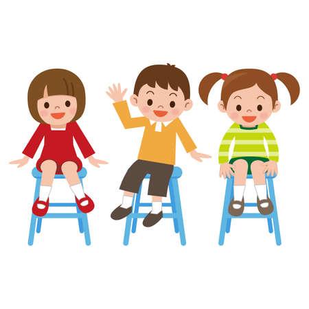 niños sentados: Los niños sonrisa es sentado en una silla