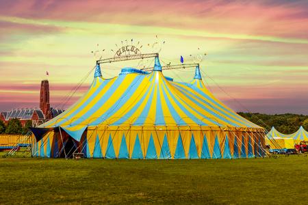 Namiot cyrkowy pod ostrzeżeniem o zachodzie słońca i chaotycznym niebie Zdjęcie Seryjne