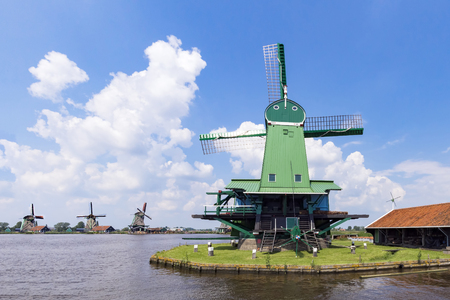 日当たりが良く、白い曇った空、オランダの下でザーンセ ・ スカンスの美しく、手入れの行き届いた製材所