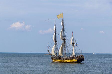 Tall Ship antiguo, buque que sale del puerto de La Haya, Scheveningen bajo un cielo azul y soleado