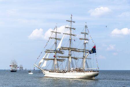 Antico veliero, nave che lascia il porto dell'Aia, Scheveningen sotto un cielo soleggiato e blu Archivio Fotografico