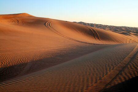 overturn: Desert Safari duna bashing vicino a Dubai, al tramonto.