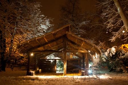 pesebre: Navidad pesebre escena en el parque en invierno Foto de archivo