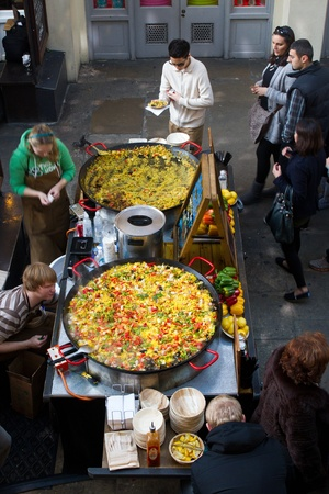covent: LONDON - NOVEMBER 13: Huge paellas in cooking pans for sale in Covent Garden on November 13, 2011 in London, UK