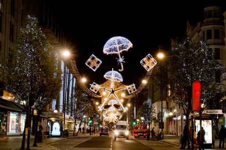 suspens: D�corations de No�l sur Oxford Street � Londres, Royaume-Uni le 06 D�cembre 2011