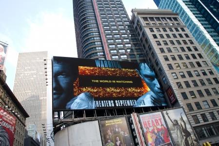 NEW YORK - 4 SEPTEMBRE: Les gens, les spectacles de Broadway et les annonces publicitaires de la télévision bilboards à Times Square, New York le 04 Septembre 2011 à New York City, New York, USA