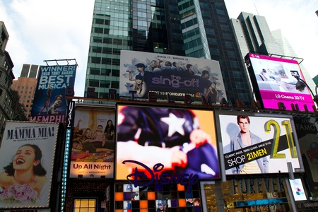 NEW YORK - SEPTEMBER 4: People, broadway shows ads and TV ad bilboards in Times Square, New York on September 04, 2011 in New York City, New York, USA 에디토리얼