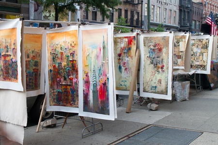 NEW YORK - SEPTEMBER 4: Paintings of New York City on the streets on September 04, 2011 in Soho, New York, USA 에디토리얼