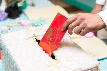 red envelope: Wedding red envelope into the box