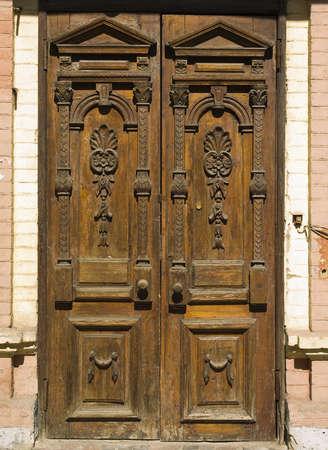 overlays: una vieja puerta de madera de color marr�n con superposiciones tallados en la foto entera Foto de archivo