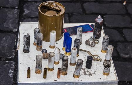 lanzamiento de bala: Kiev, Ucrania - 22 de febrero 2014 mesa donde munición recogidos Se encuentran en la calle después de que los manifestantes Hrushevskoho colisión por agentes de policía