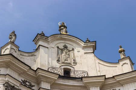 bas relief: Bas-relief de l'ic�ne miraculeuse de la Vierge de Berditchev sur la fa�ade de l'�glise catholique Mariinsky. Monast�re de l'Ordre des Carmes D�chaux de la 17�me si�cle. Ville Berditchev, en Ukraine.