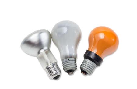 specular: Mate rojo l�mparas incandescentes el�ctricas y una l�mpara con una especular revestido de la bombilla sobre un fondo claro. Aislamiento.