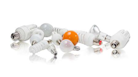 contemporaneous: Diverse lampade elettriche diverse dimensioni e diversi disegni con palloni di diverse forme sulla superficie riflettente.