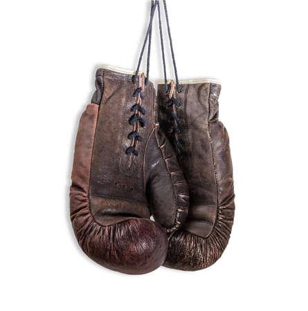 guantes: Viejos desgastados de cuero marr�n guantes de boxeo, que cuelgan en una cordones. Aislamiento sobre un fondo claro.