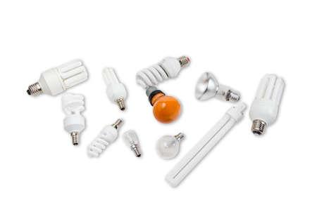contemporaneous: Diverse lampade elettriche diverse dimensioni e diversi disegni con palloni di diverse forme su uno sfondo chiaro. Isolamento.