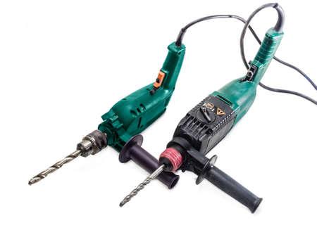 martillo: Taladro el�ctrico convencional con el taladro de la metalurgia y el martillo perforador con punta de destornillador sobre un fondo claro. Aislamiento.