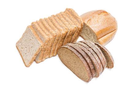 スライスしたパン、小麦パン、明るい背景に茶色のパンをスライスを焼くため。分離