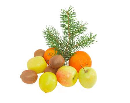kiwi fruta: Varias manzanas, lim�n, naranjas, kiwis y la rama de abeto sobre un fondo claro
