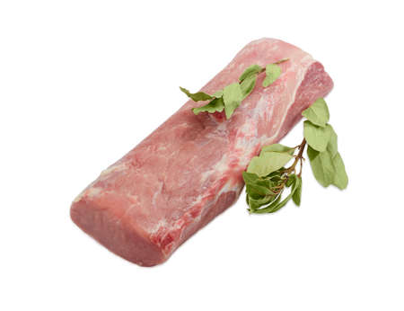Parte di un filetto di maiale crudo fresco e due rami di alloro secche foglie su uno sfondo chiaro