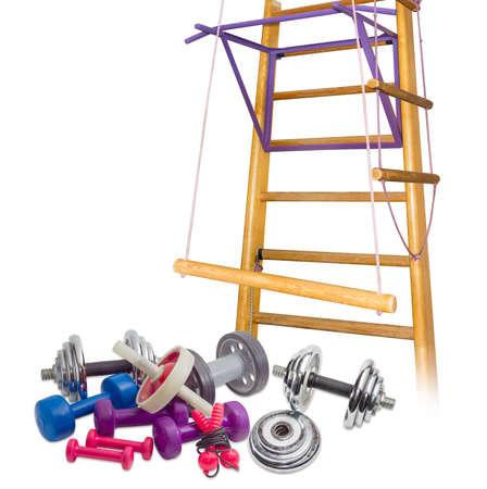 saltar la cuerda: Varios pesas diferentes, ejercicios abdominales rodillos de fitness, saltar la cuerda contra el fondo del gimnasio en casa sobre un fondo claro