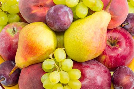 사과, 배, 자두, 복숭아 및 흰 포도 클러스터의 더미의 배경