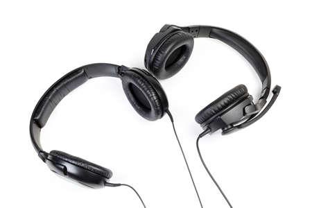 Vue de dessus du casque haute fidélité filaire noir et des haut-parleurs auriculaires avec un casque pleine grandeur perdu sur fond blanc