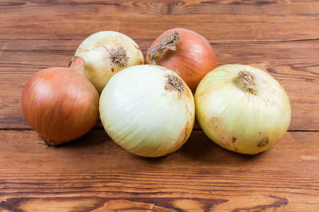 Young bulb onions and dry onions from last year's harvest on the rustic table Banque d'images - 124065483