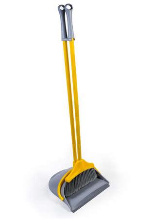 Kit de escoba de plástico amarillo con cerdas grises para barrer suelos y recogedor de mango largo sobre fondo blanco