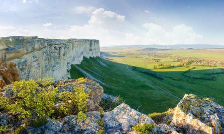 Vue sur la vallée depuis le bord escarpé du plateau calcaire le matin, vue panoramique Banque d'images