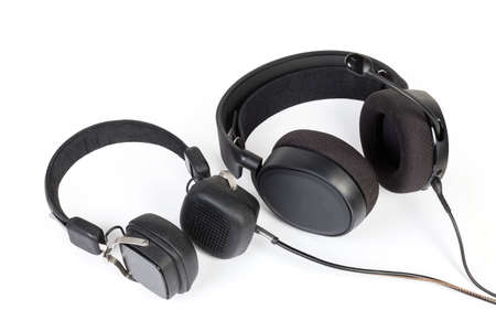 Wired high-fidelity headset and headphones with earpads different types and sizes on a white background Banque d'images