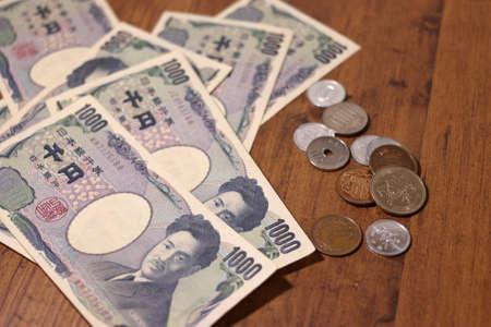 Japanese money scattered on the table Standard-Bild