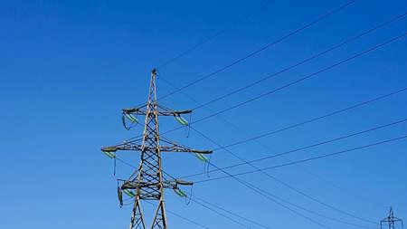 Hoogspanningslijnen tegen de blauwe lucht. Elektrische hoogspanningsleidingen Stockfoto