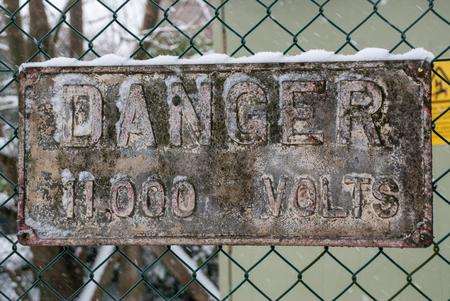 señales de seguridad: Una señal de tensión de peligro